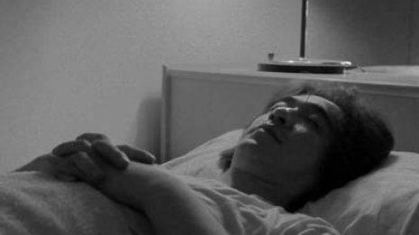 目覚めると体が動かない…その金縛りは「病気」か「夢」か