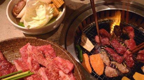 生肉をつまんだ箸は焼いた肉や野菜に使わない