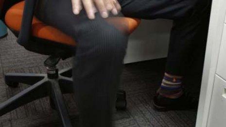 「貧乏ゆすり」は悪癖にあらず 長時間座位の死亡リスク減少