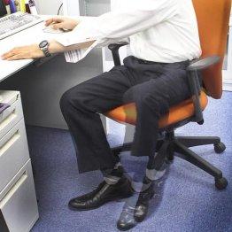 会議中に足がカタカタ…貧乏ゆすりはなぜ起こる?