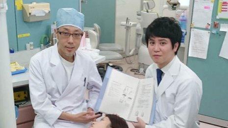 結束貴臣医師(右)と鎌田要平歯科医師