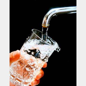 バケツ1杯分の水を流してから飲むこと