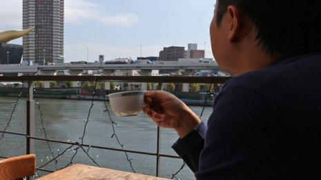 コーヒーを飲みながらボーッと…(写真はイメージ)