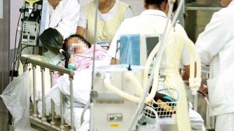 全身血まみれの患者に携帯電話を許したベテラン救急科医師