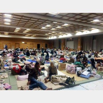 熊本地震で避難生活をする益城町の人々
