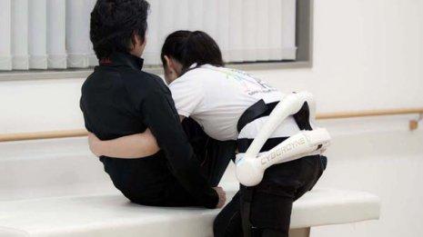 腰にかかる負荷を40%軽減 ロボットスーツ実用化の期待