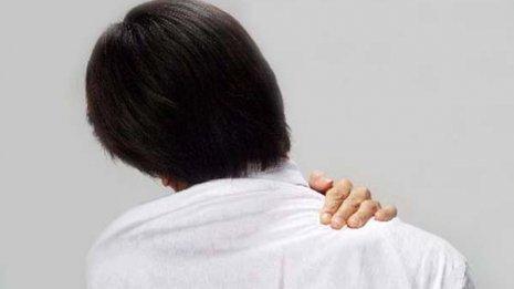 息苦しさ感じ…「スマホ巻き肩」が肺年齢を押し上げる