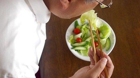 コンビニ「レジ横フード」では揚げ物よりサラダにトライ