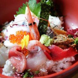 海鮮丼には醤油を「かけるvsつける」
