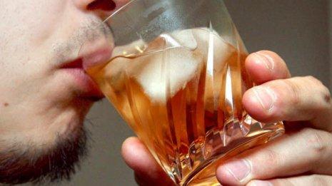 「お酒は適量であれば健康的」は本当か?