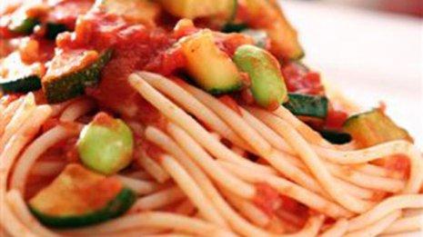 エビのバジルソースパスタvsトマトとモッツァレラチーズのパスタ