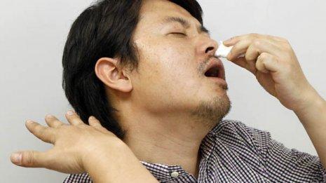 【鼻血の止血】小鼻を親指で強く圧迫する