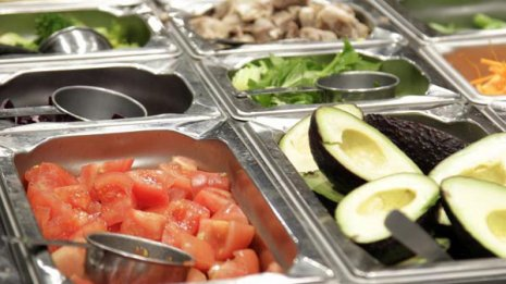 蒸し鶏とパリパリ麺のサラダ vs ローストポークのサラダ