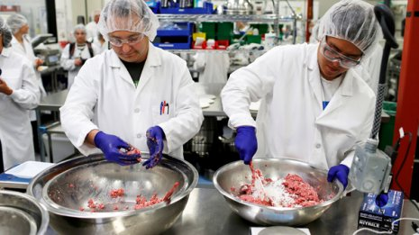植物ベースのハンバーガーパテを作る加工工場