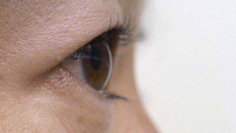 緑内障の目薬をまつ毛美容液として使用するのはリスク大