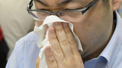 屋外から涼しい部屋に入り…くしゃみや鼻水の原因と予防法