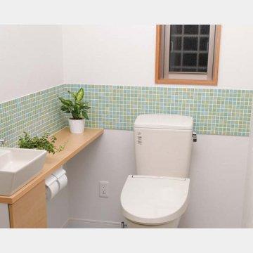 トイレの窓は冷気が伝わりやすい(写真はイメージ)