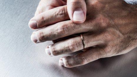 手足に水疱ができる掌蹠膿疱症…「治療に満足せず」が多数