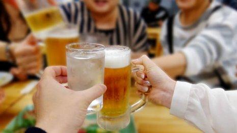 お酒を飲む量が多いほど乳がん発症リスクは上昇する