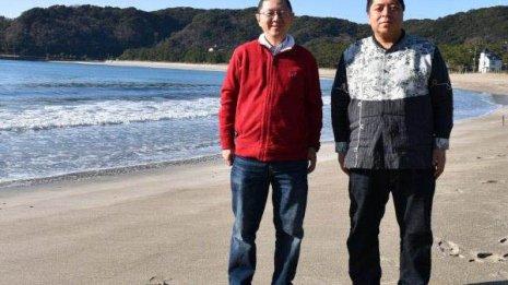 佐藤優氏(右)と静岡・弓ケ浜にて