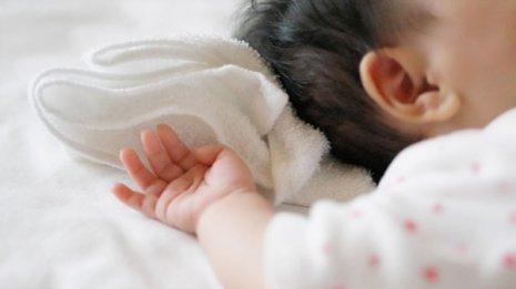 赤ちゃんには柔らかすぎる寝具の使用は避ける