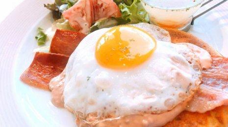 朝食の定番ベーコンエッグ