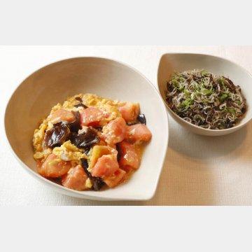 生キクラゲの「トマトと卵との炒め煮」、右は「じゃことシシトウとの炒めもの」