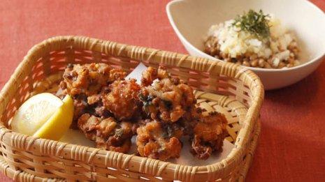納豆の豚肉との天ぷら(左)とたくあんとの和え物