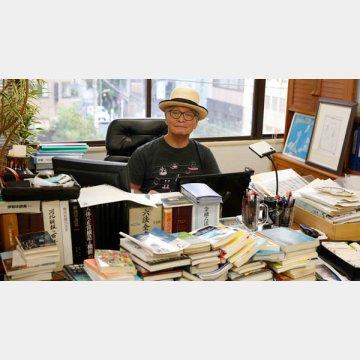 仕事場は本に囲まれていた(高須基仁さん、2018年8月撮影)/