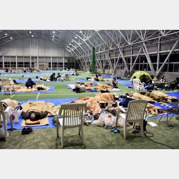 日本では台風19号の被害が…(避難所で雑魚寝をする被災者)/