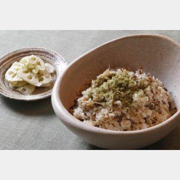 粉山椒を使った牛肉とゴボウのまぜご飯(右)とレンコンサラダ