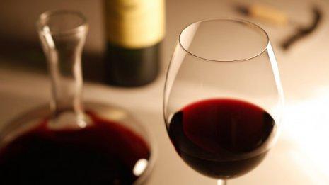 逆流性食道炎を予防 赤ワインを飲んだ後は頭を高くして寝る