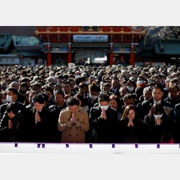 新年仕事始めの朝、神田明神で参拝をするサラリーマンたち