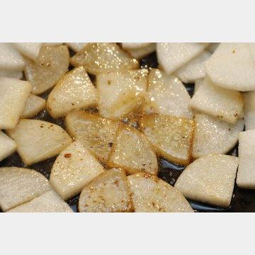 大根は皮をむき7ミリのいちょう切りに。ベーコンの脂を絡めるようにさっと炒めて