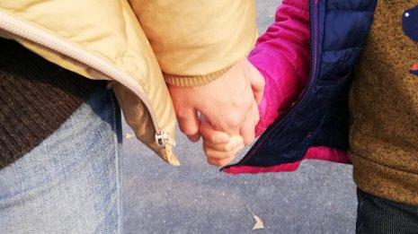 転びかけた子供の手を引っ張った後、急に痛いと泣き出した