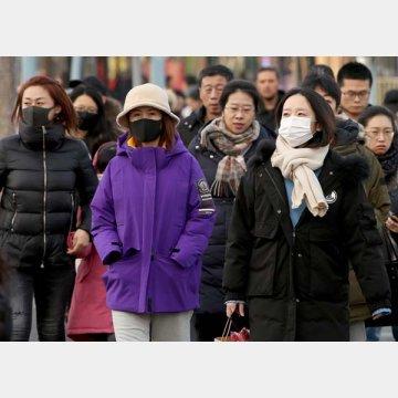 北京中心部でマスクをする市民
