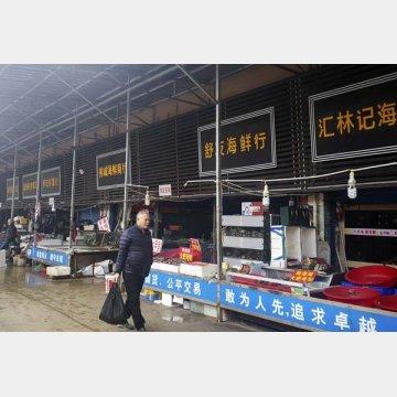 中国武漢の「海鮮市場」ではコウモリやマーモットなどの小動物も店頭に…(閉鎖されている同市場)