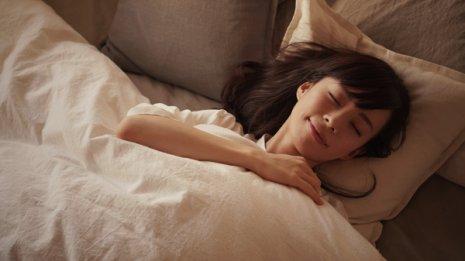睡眠時間が短いと夕食後のカロリー摂取と体重が増える