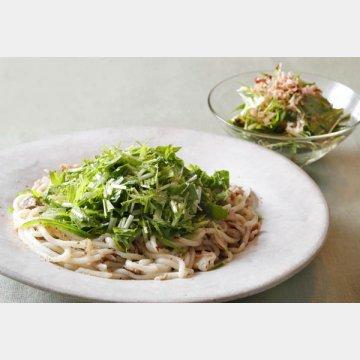 水菜と豚バラ肉との焼うどん。奥は、かつお節とのサラダ