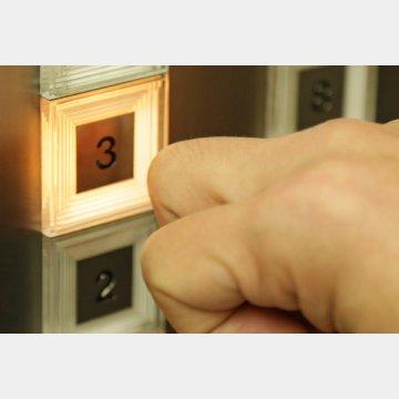 グーでエレベーターのスイッチを押して指先の感染を防ぐ