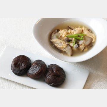 干しシイタケの揚げ煮(左)と卵とのスープ