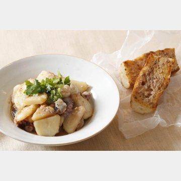アンチョビーガーリックバターバゲットとジャガイモとタコの炒め物(左)