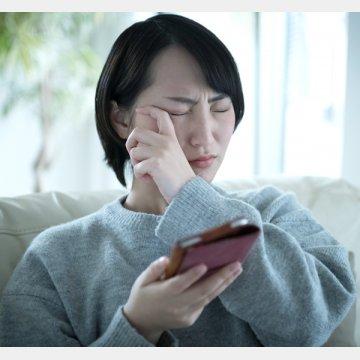 スマホを触った手で顔は触らないように…(写真はイメージ)/