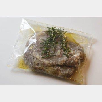 豚肩ロースの脂の部分に下包丁を入れ、30分マリネする