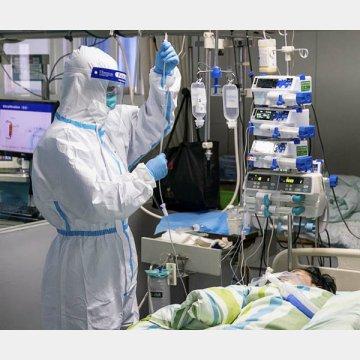 中国・武漢の病院で新型コロナウイルスによる肺炎の患者の対応にあたる医療従事者