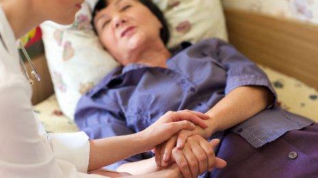 米国では新型コロナが老人ホームに蔓延 高齢者と介護者をどう守る