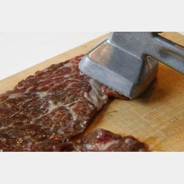 カツレツは肉たたきの平面でたたく