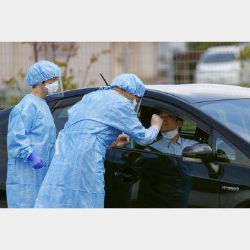 「ドライブスルー方式」で行われた、新型コロナウイルスの模擬検査(奈良市)