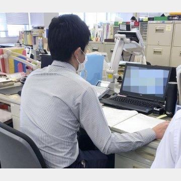 新型コロナウイルスの相談電話を受ける保健所職員