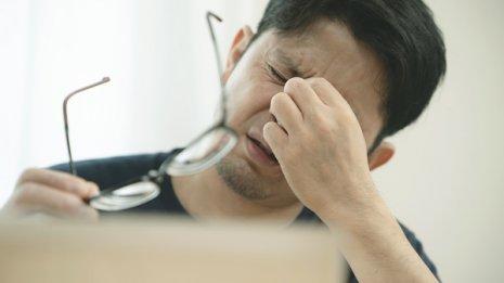 テレワークで疲れ目がつらい…解消のヒントは電話とメガネ